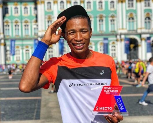 Артур Бурцев из Якутии стал призёром бегового полумарафона «Северная столица»